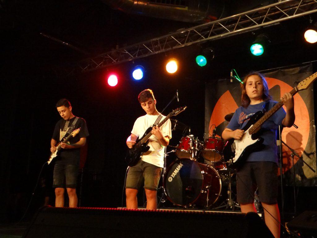 Joves tocant guitarra